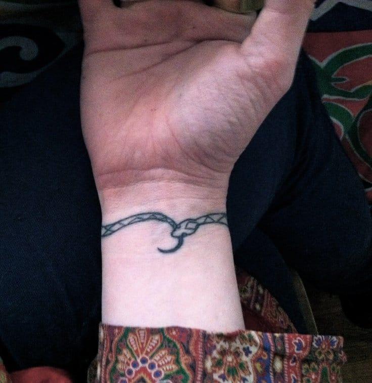 Татуировки на запястье змеи