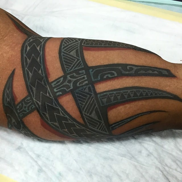 Tired of your old tribal tattoos? You can pimp them with white ink, keeping with the Polynesian basic idea. Here by Alex Apilando.