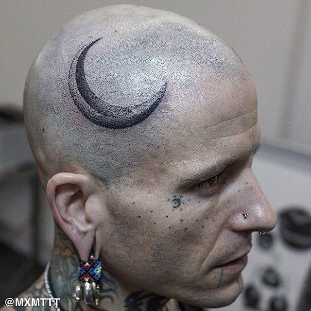 Awesome dotwork crescent moon tattoo by Maxime Buchi aka MxM on tattoo artist Philip Milic's head #moon #dotwork #btattooing #blackwork #head #MaximeBuchi #celestial
