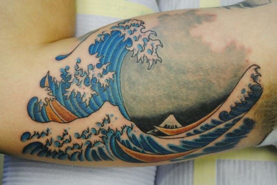 Stunning Hokusai wave on the biceps! Artist unknown #wave #japanese #japanesewave