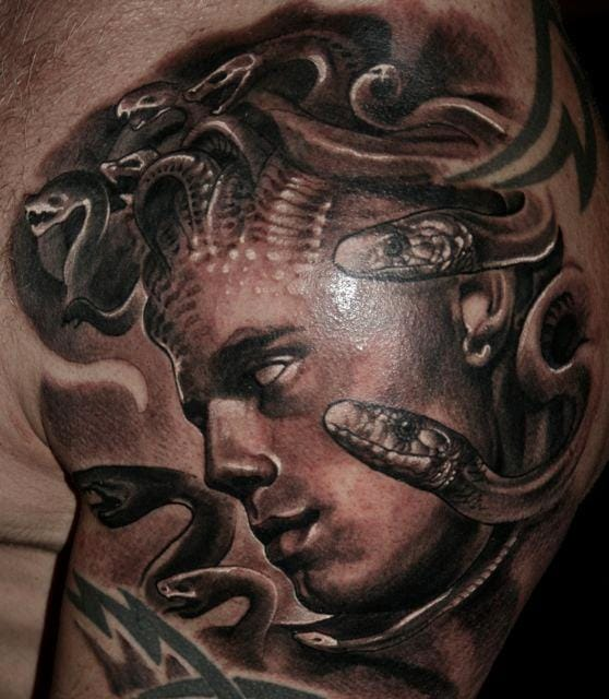 A male Medusa ? Wow, this is so realistic and gorgeous ! Tattoo by Guil Zekri.