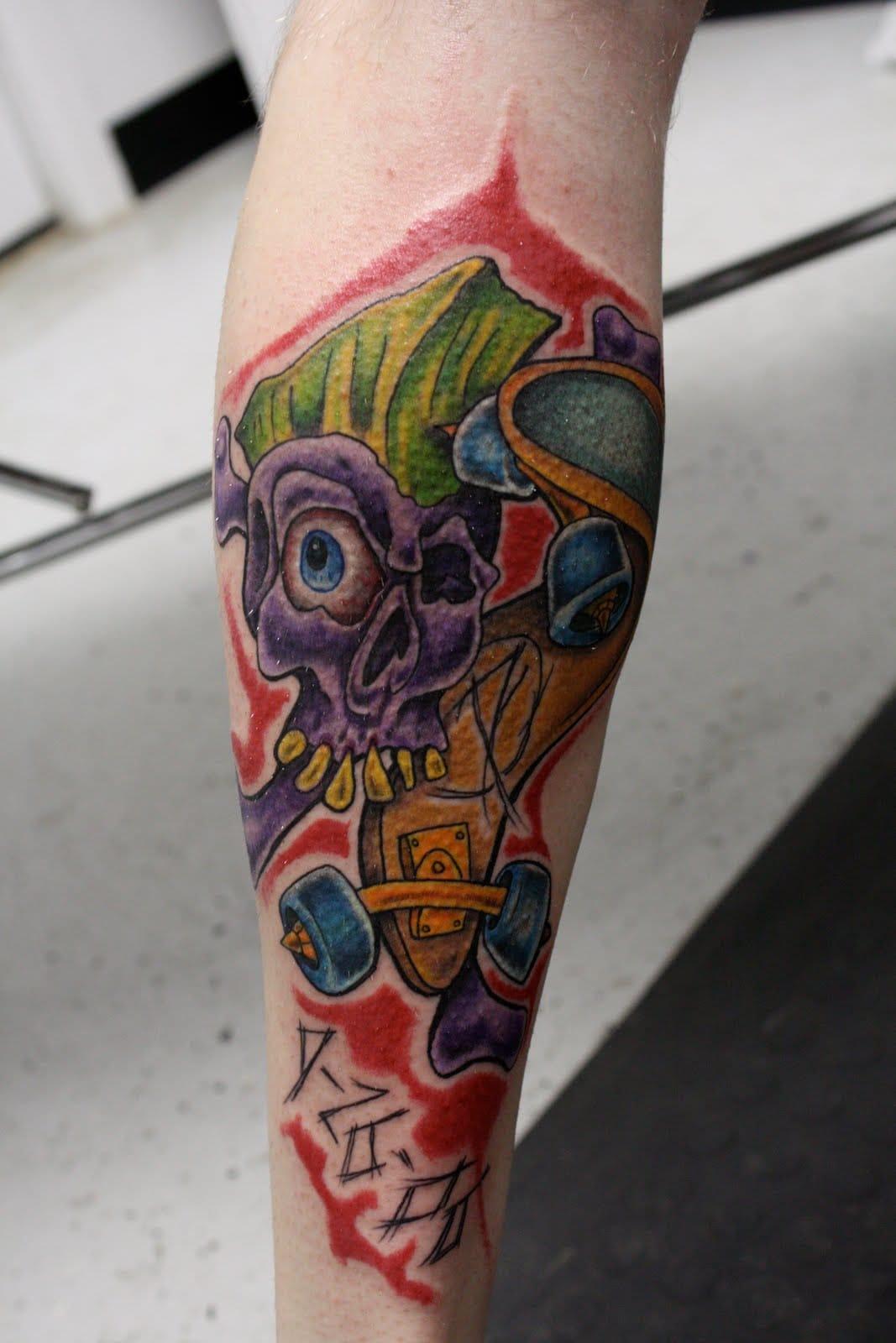 Estilo New School feito no Brass Knucles Grenade Tattoo