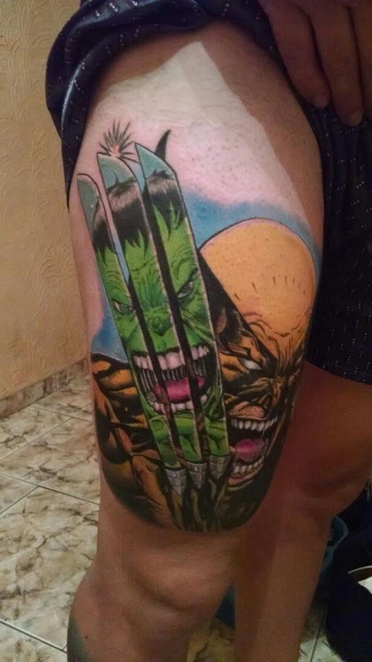 Maravilhosa tatuagem Comics de Wolverine com o Hulk espelhado nas garras de adamantium! Pelo excelente tatuador brasileiro, Will Tatuagens!