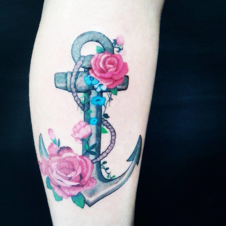 Flores dão um ar mais leve ao trabalho, tatuador Fabiano Notes