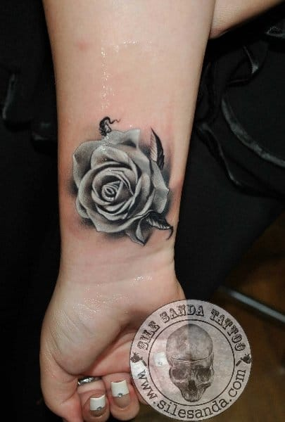 Brilliant work by Sile Sanda #rose #rosetattoo #silesanda