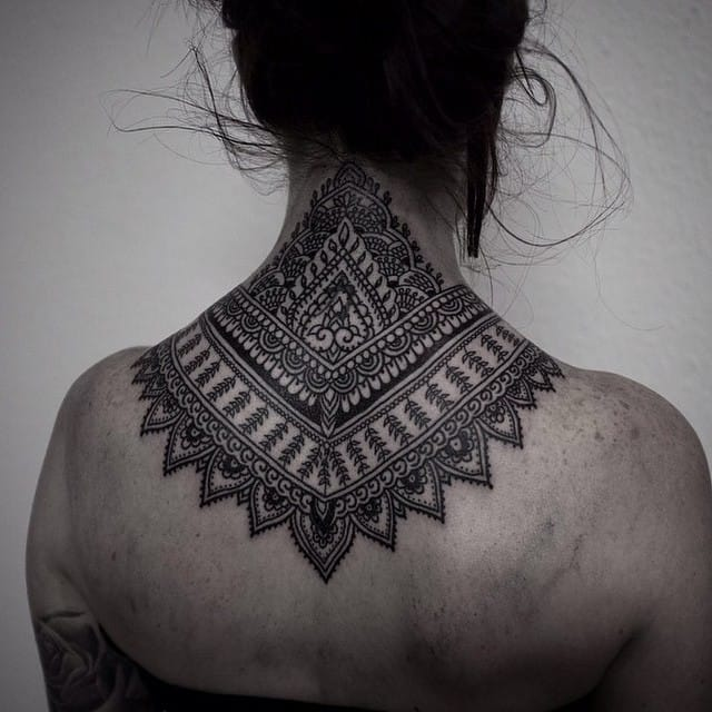 Many nape tattoos are inspired by Mehndi. Here by Alexandra Bawn.