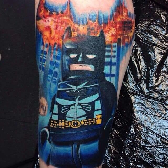 Essa foi inspirada num dos jogos de video-game da série Lego, Max Pniewski é o tatuador