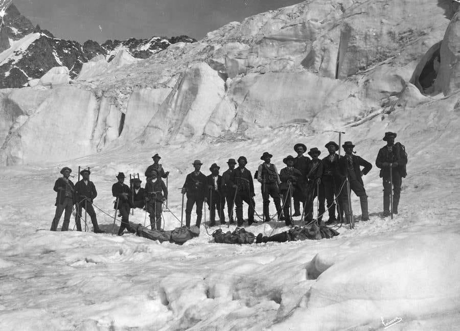 Foto tirada em uma das expedições para coletar cabeças de Maoris, os corpos eram deixados em qualquer lugar.