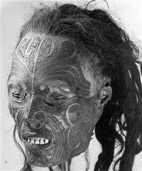 Esta cabeça é uma das que foram tatuadas depois da morte, notem a testa com os traços em alto relevo. Diz que é de uma criança de 11 anos