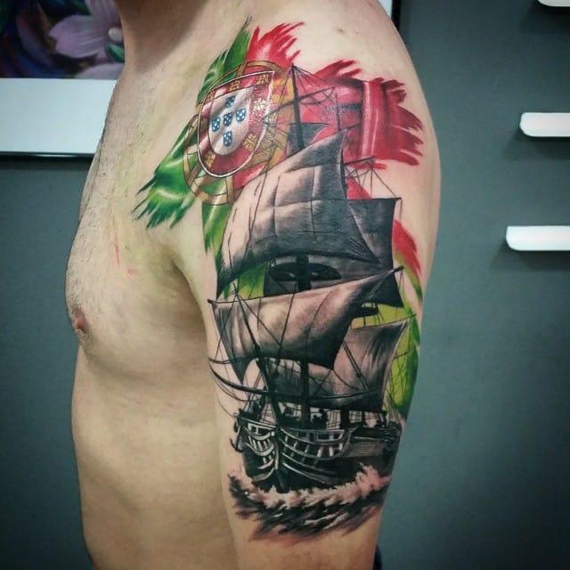 Tatuagem com uma parte da bandeira de Portugal, feita pelo brasileiro Fernando Souza, talento tipo exportação!