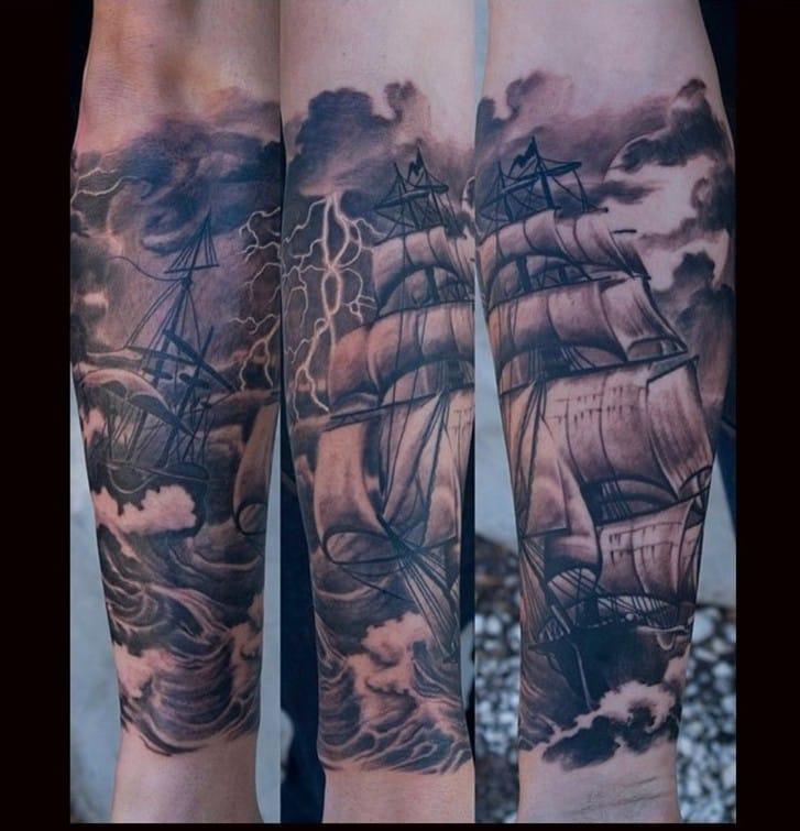 Lindo realismo de um navio enfrentando uma tempestade daquelas, tatuador Oak Adams