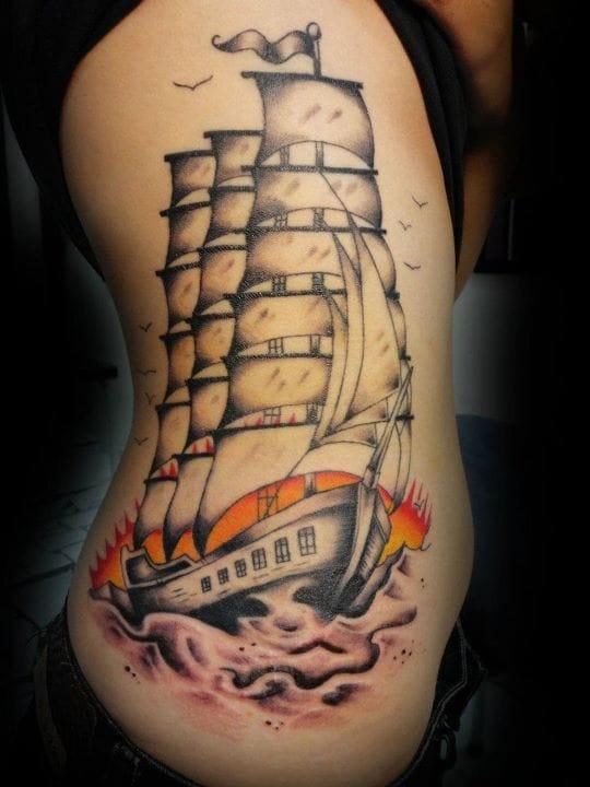 Tatuagem na costela com um pôr do sol de fundo, feita por Psychoead