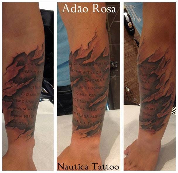 Tatuagem de escrita com realismo