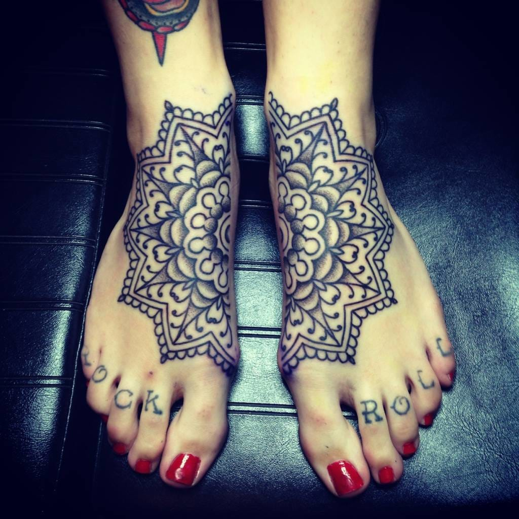 50 Elegant Foot Tattoo Designs For Women: 50 Amazing Connecting Tattoos