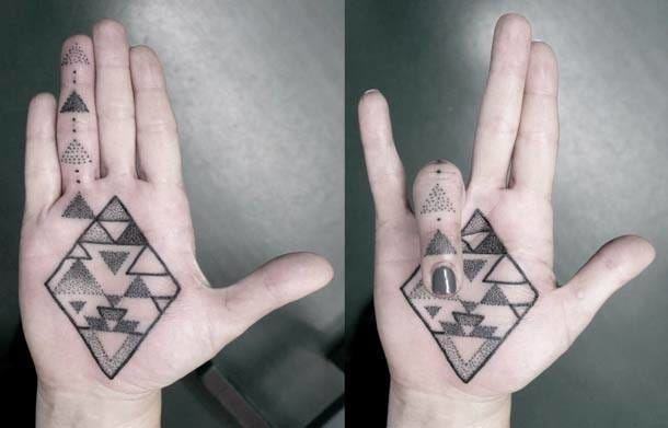 The design doesn't change if she closes her hand ! :)