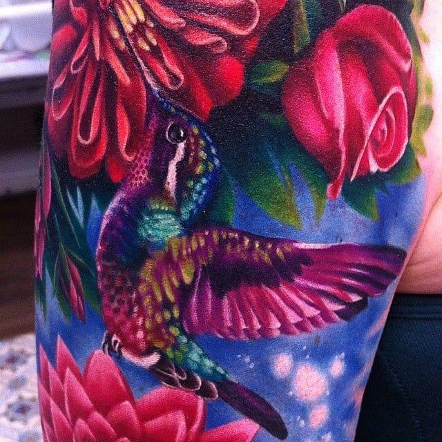 Detalhes incríveis deste beija-flor multi colorido feito pela Megan Massacre