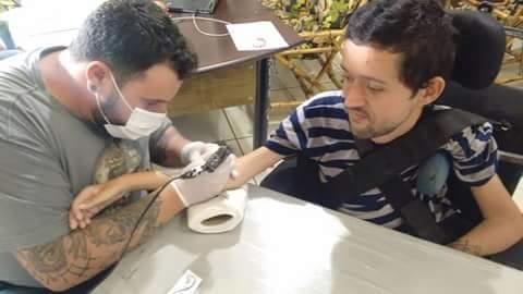 Marcelo tatuando o amor incondicional de Gustavo