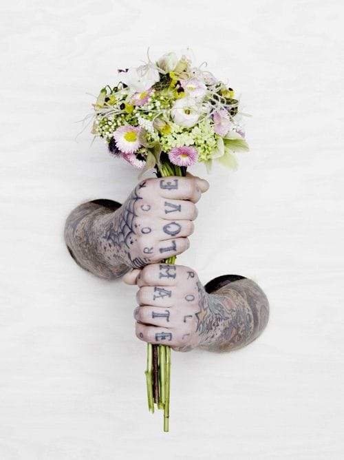 Hand tattoos and a bouquet (by Thomas Rusch) #hand #handtattoo #fingerjewels #jobstopper