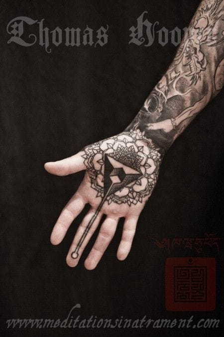 Wonderful work of Thomas Hooper #hand #handtattoo #fingerjewels #jobstopper