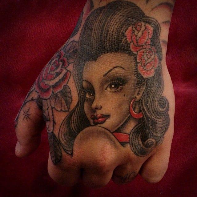 Lovely tattoo by Tim Hendricks #hand #handtattoo #fingerjewels #jobstopper
