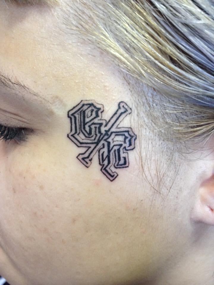 Tatuagens no rosto estão ficando cada vez mais em voga