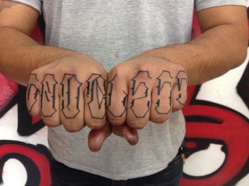 Tatuagens nos dedos sem muitos detalhes pequenos, costumam ficar para sempre sem precisar de retoques, #ficaadica