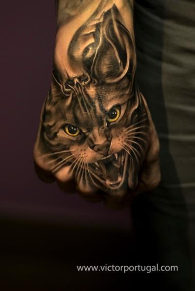 Stunning realistic cat by Victor Portugal #hand #handtattoo #fingerjewels #jobstopper