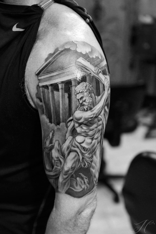 Тату на плече дракон в греческом стиле
