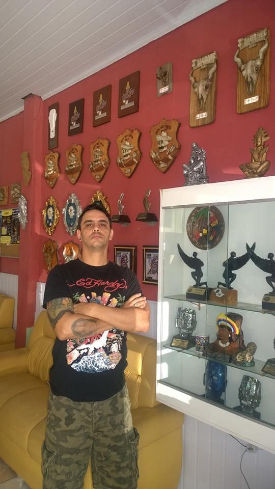 """Emir e sua """"humilde"""" coleção de troféus"""