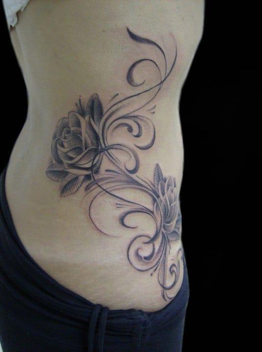 Quem disse que preto e cinza não é bonito em tatuagens femininas?