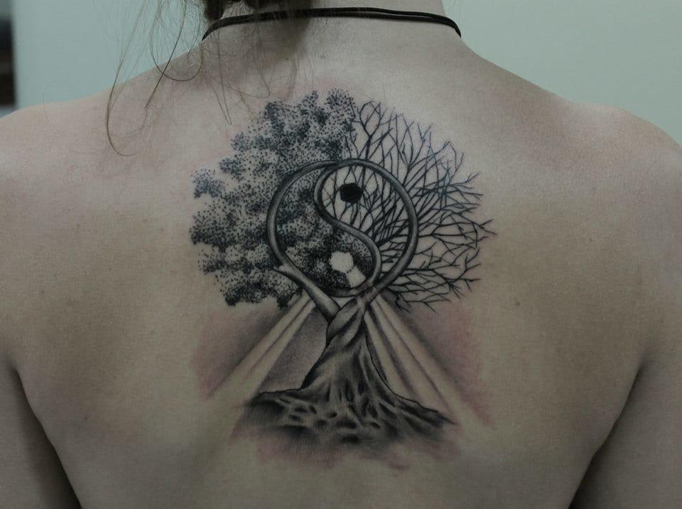 Lindo desenho de uma árvore com um símbolo de Yin e Yang