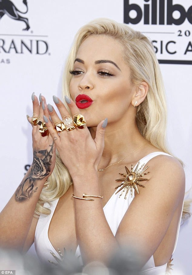 Another red carpet, same kiss, but there, the roses on her wrist are visible.
