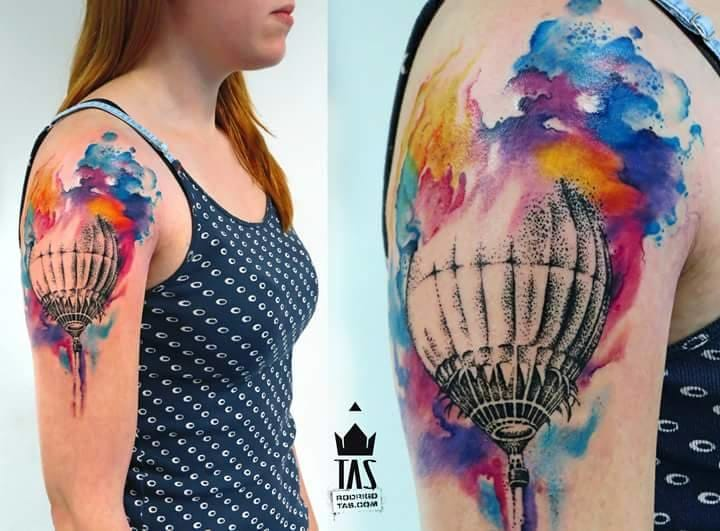 You can mix watercolor with other tattoo styles. By Rodrigo Tas.