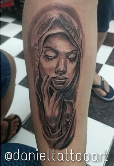 Tatuagem em preto e cinza, uma das especialidades de Daniel