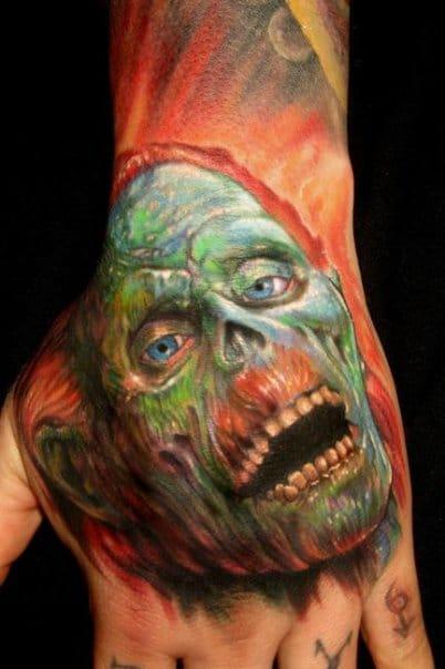 Na mão é um local difícil para os tatuadores, e ele faz isso!