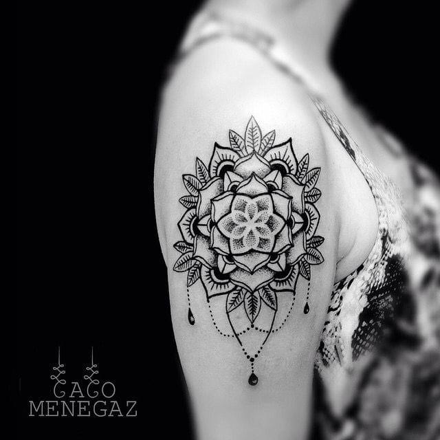 Elegant piece by Caco Menegaz. #CacoMenegaz #shoulder #shouldertattoo