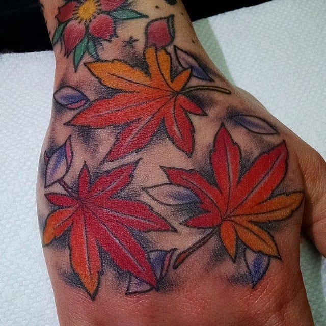 Beautiful hand leafs, via @luckysnoho