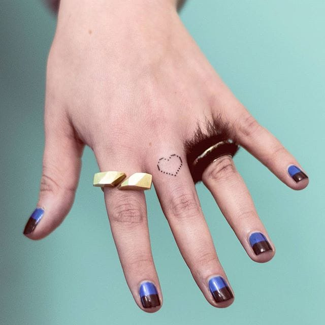 Nice Little Heart Finger via @pontotattoo