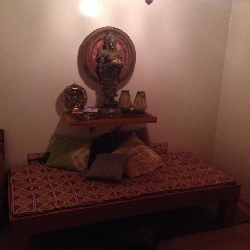 Um dos sofás do estúdio