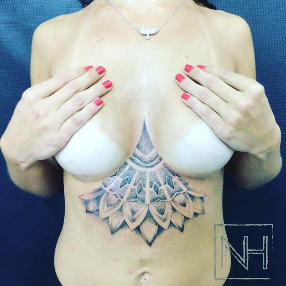 Sternum Tattoo em pontilhismo