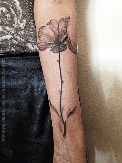Lindíssima tatuagem em preto e cinza