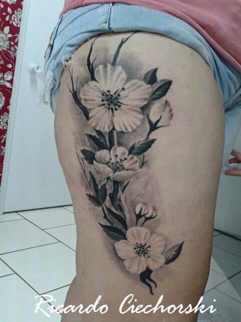 Maravilhosa tatuagem de realismo preto e cinza