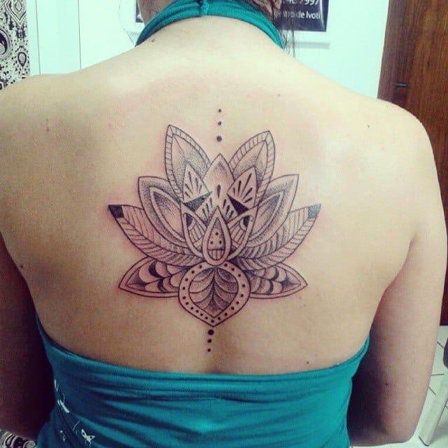 Linda tatuagem usando a técnica do pontilhismo