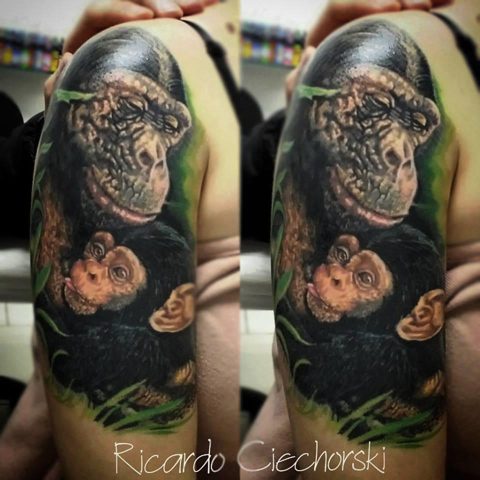 Detalhes lindos nesta tatuagem de realismo colorido!