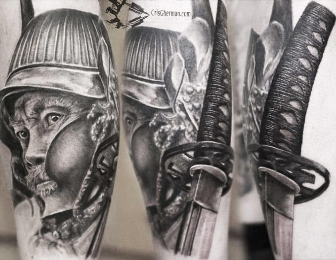 Amazing details on this realistic tattoo by Cris Gherman, the handle is startling of realism !