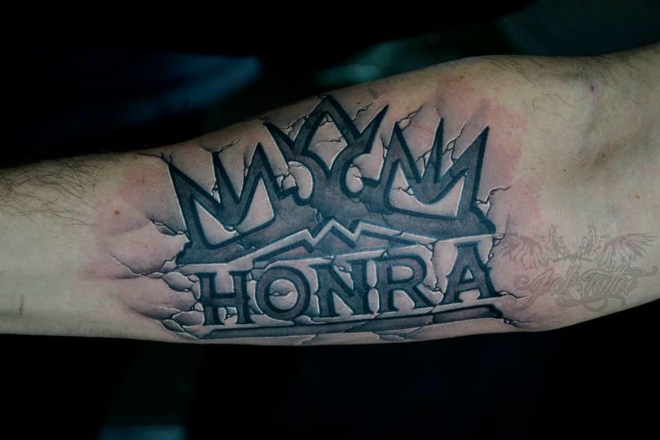 Tatuagem realista em baixo relevo