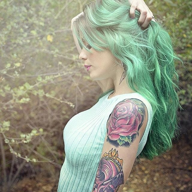 15 Lindas Tatuadas Com Os Cabelos Coloridos Para Inspirar A Mulherada