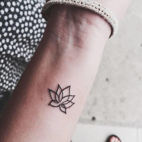 Flower line tattoo #wrist #wristtattoo #minimalist #flower