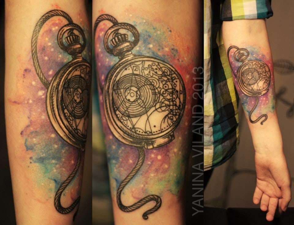 The fans of Dr Who would recognize a gallifreyan Watch here. Tattoo by Yanina Viland.