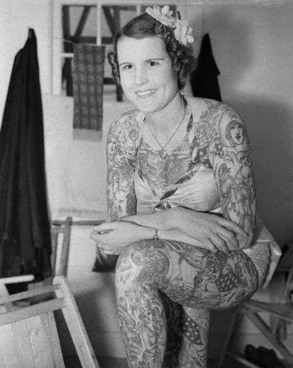 Betty optou por não ter as mãos e o pescoço tatuados, para não sofrer agressões físicas de gente com a mente pequena daquela época!